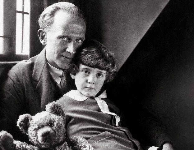 A. A. MIlne y su hijo Christopher Robin