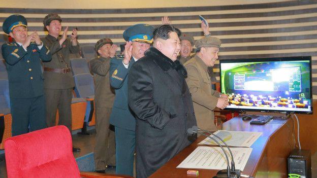 Kim Jong un durante el lanzamiento del cohete de largo alcance
