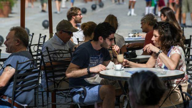 Turistas disfrutan del aire libre en La Habana.