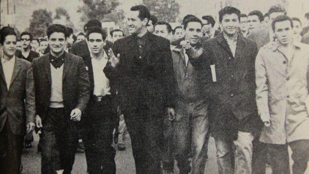 Camilo Torres rodeado de estudiantes