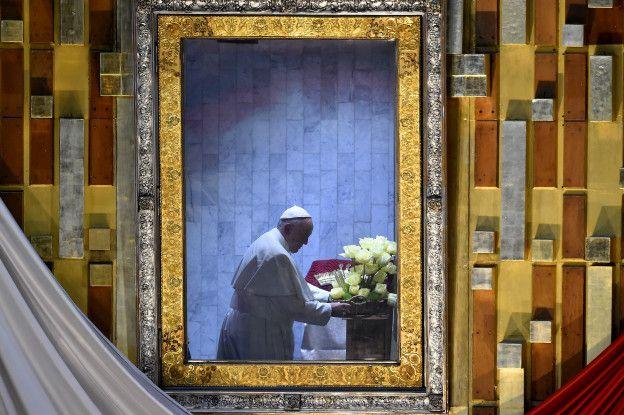 Francisco reza ante Guadalupe