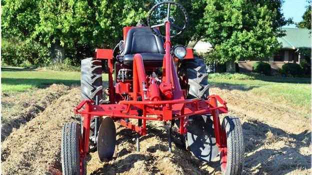 El tractor Oggún creado especialmente para los agricultores cubanos