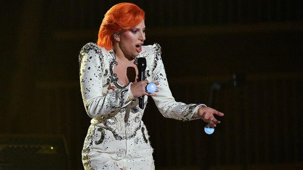 La cantante Lady Gaga rindió un homenaje al fallecido artista David Bowie