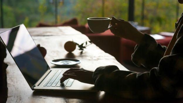 Una persona trabajando en semioscuridad