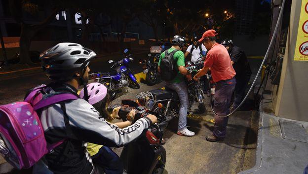 Motorizados echan gasolina