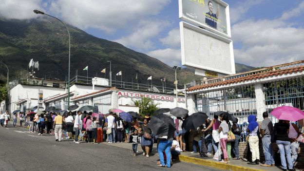 Las largas filas frente a los supermercados en Caracas, señal de los problemas económicos de Venezuela.