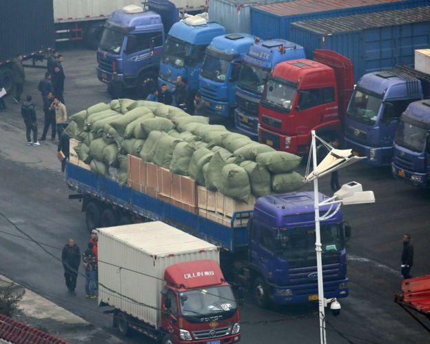 遼寧丹東中朝友誼橋海關內等候清關前往朝鮮的卡車(3/3/2016)