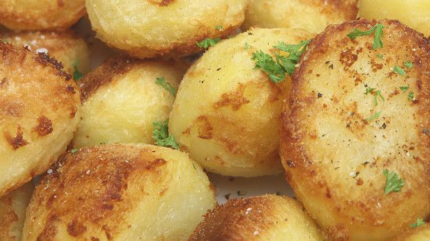 Вам захотелось хрустящей обжаренной картошечки? Тогда постарайтесь не использовать так называемый восковой картофель - с ним вы не получите желаемого результата