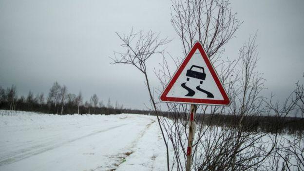 Una carretera nevada en Siberia