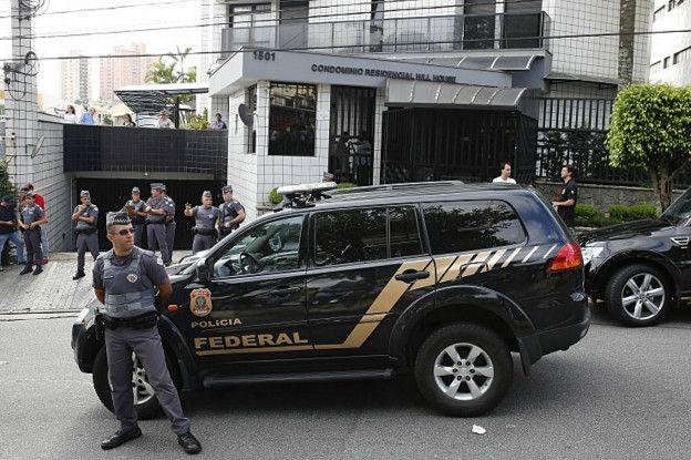 Efectivos de policía fuera de la casa de Lula este viernes en São Bernardo do Campo (São Paulo).