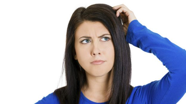 Una mujer rascándose la cabeza