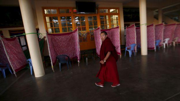 印度達蘭薩拉楚拉康寺內一名藏族僧人走過大選投票間(19/3/2016)