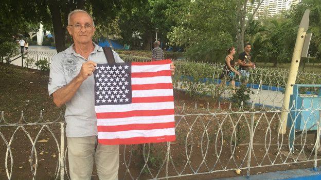 Juan Montes caminó por las calles de La Habana sosteniendo una bandera de EE.UU. este domingo
