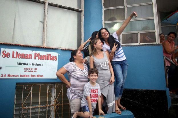 Algunos cubanos se congregaron frente a la embajada de EE.UU. en Cuba para recibir al presidente Barack Obama.