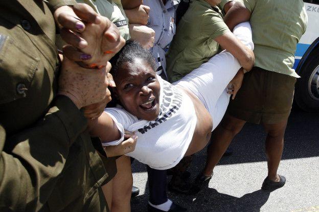 Una dama de blanco es reprimida por las autoridades cubanas
