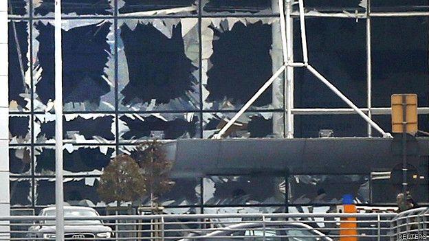 Vidrios rotos en una de las terminales del aeropuerto de Zaventem.