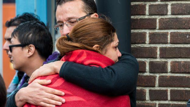 Dos personas abrazadas