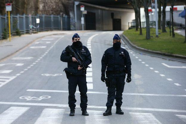 Policías cerca al metro de Bruselas