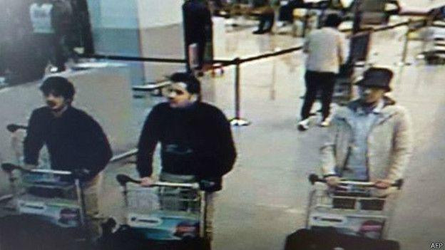 La policía difundió la fotografía de los sospechosos de los atentados en el aeropuerto de Zaventem.