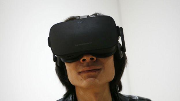 Una persona usando unos lentes Oculus