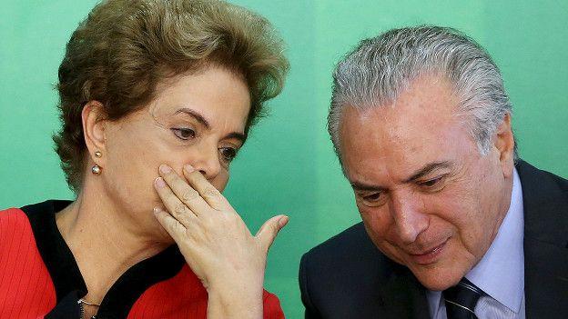 La presidenta de brasil, Dilma Rousseff, habla con el vicepresidente Michel Temer.