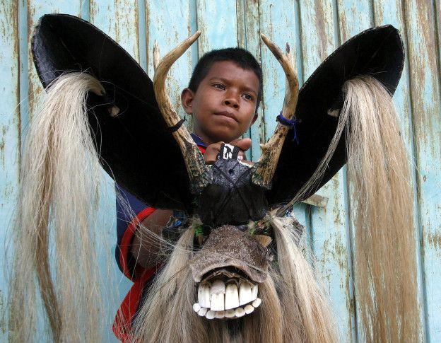 Niño con máscara de la Danza del Diablo