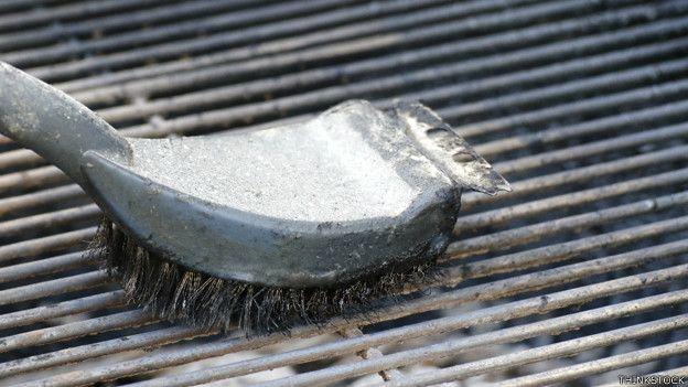 Cepillo de alambre usado para limpiar una parrilla