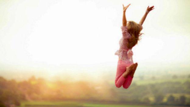 Una persona saltando