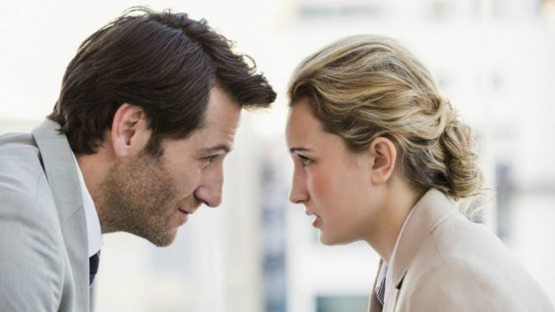 Dos personas confrontadas