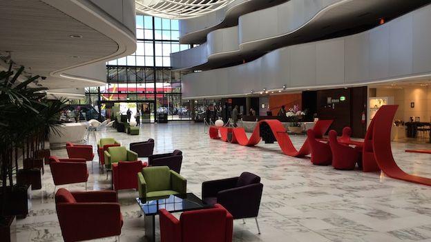 Hall principal del hotel Royal Tulip en Brasilia.