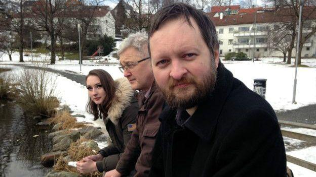 Erik (derecha), su padre Yngve (centro), y su hermana (izquierda).