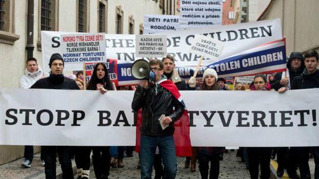 Muchas protestas se llevaron a cabo en el país en contra del servicio de protección infantil noruego.