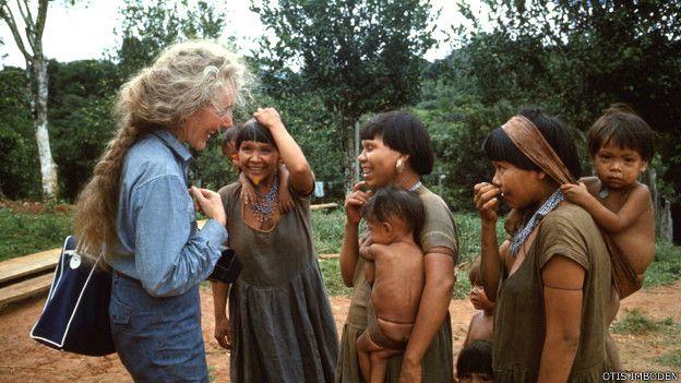 Margaret Mee en 1964 con integrantes de la tribu Waika/Yanomani