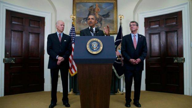 Obama con un retrato de Teodore Roosvelt al fondo
