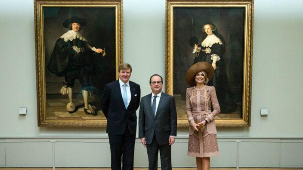 Hollande con los retratos de Rembrandt en el fondo