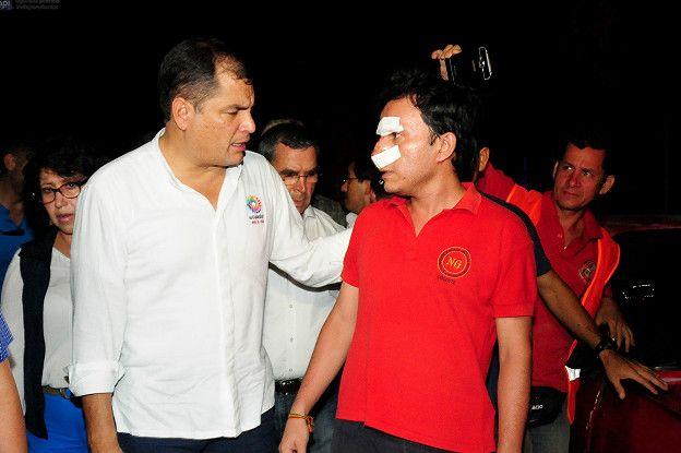 Rafael Correa con un herido