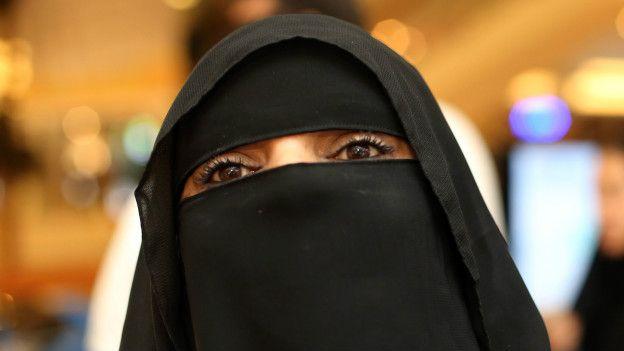 Una mujer que solo deja ver sus ojos