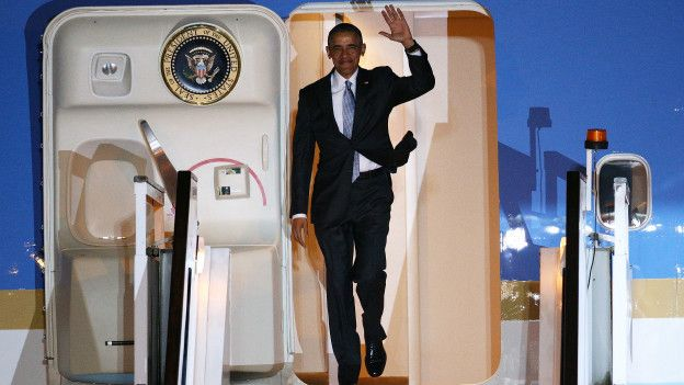 Obama descendiendo del Air Force One