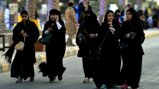 Mujeres caminan por una calle en Arabia Saudita