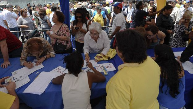 La oposición impulsa la recolección de firmas para pedir el desplazamiento de Nicolás Maduro del gobierno en Venezuela.