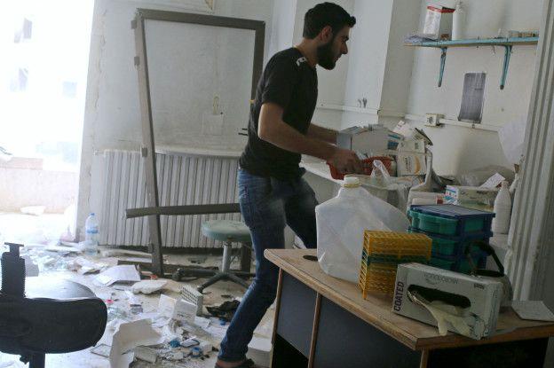 Un hombre en el interior del hospital Al Quds.