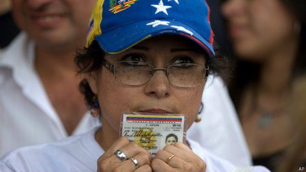 Venezolana con su cédula