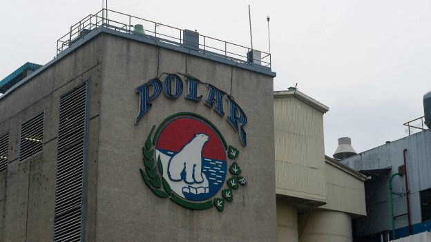 Edificio y logo de la cervecería Polar