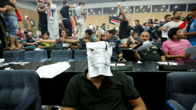 Manifestantes dentro del parlamento