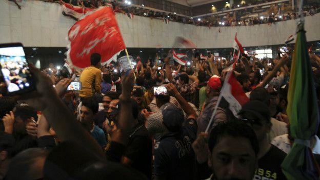 Manifestantes en el interior del parlamento
