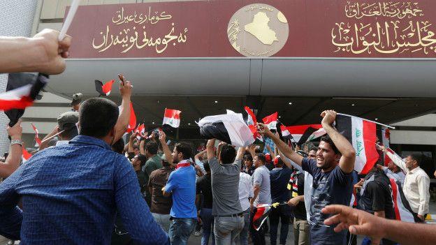 Manifestantes en el exterior del parlamento