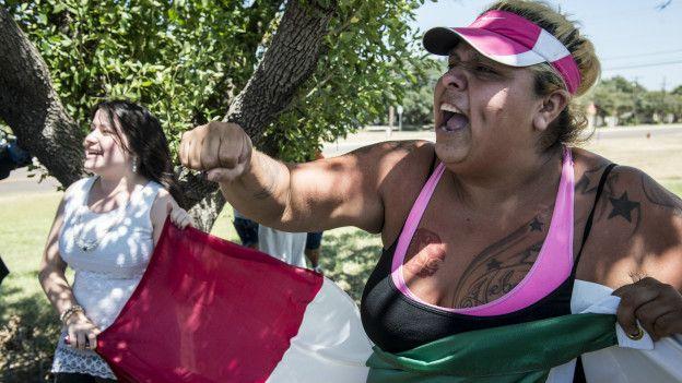 Una mujer mexicana protesta contra Trump