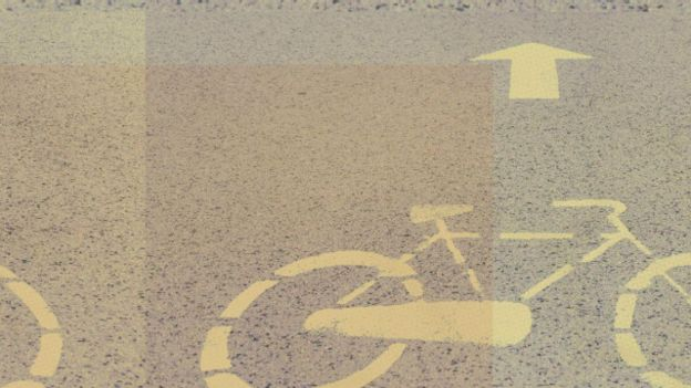 Símbolos de bicicletas en el asfalto
