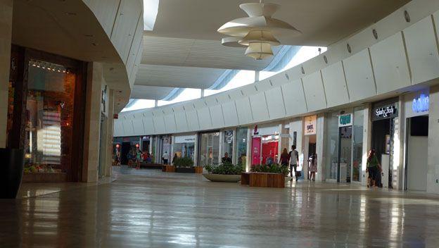 Centro comercial vacío