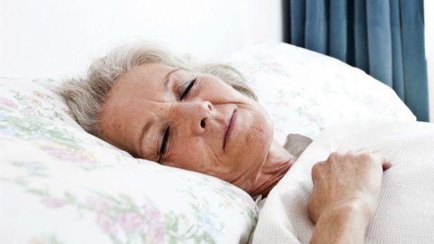 A medida que cumplimos años, dormimos menos y nos levantamos más temprano.